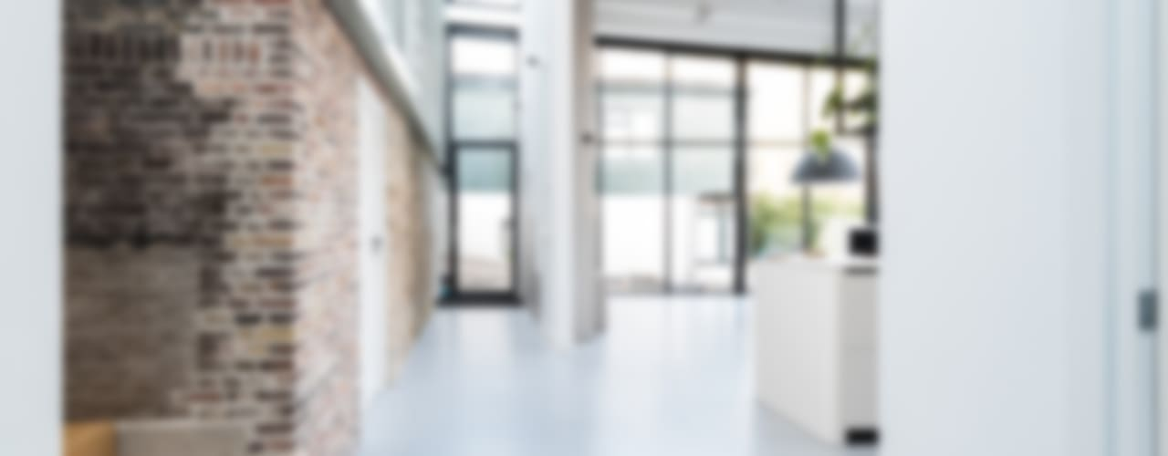 Коридор, прихожая и лестница в модерн стиле от Dineke Dijk Architecten Модерн