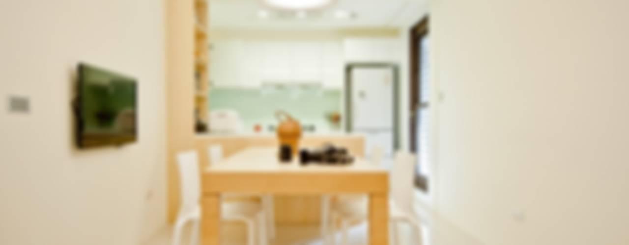 廚房工作檯牆面也以淡綠色點綴:   by 直方設計有限公司