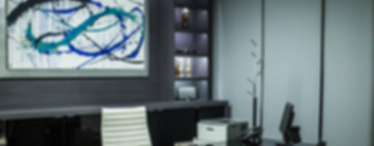 Oficina Directiva T.L.B.: Oficinas y tiendas de estilo  por Soma & Croma
