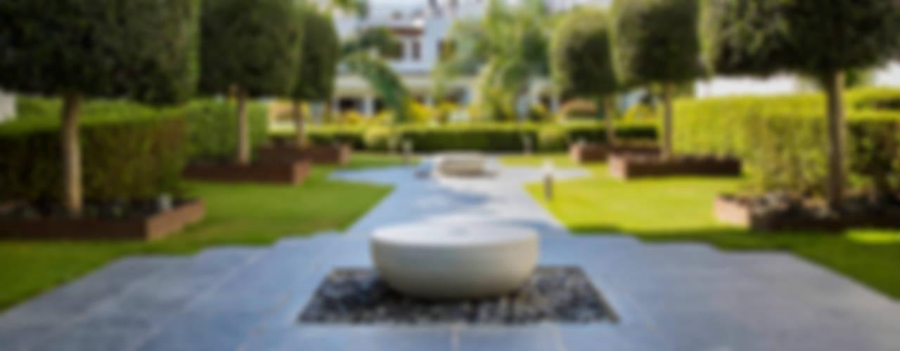 Ejecución de Jardines · Urbanización Doncella Beach (Estepona) La Menara   Estudio de Paisajismo y Jardinería Jardines de estilo moderno
