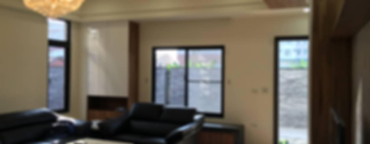 三代同堂的自用住宅的室內設計:  客廳 by houseda