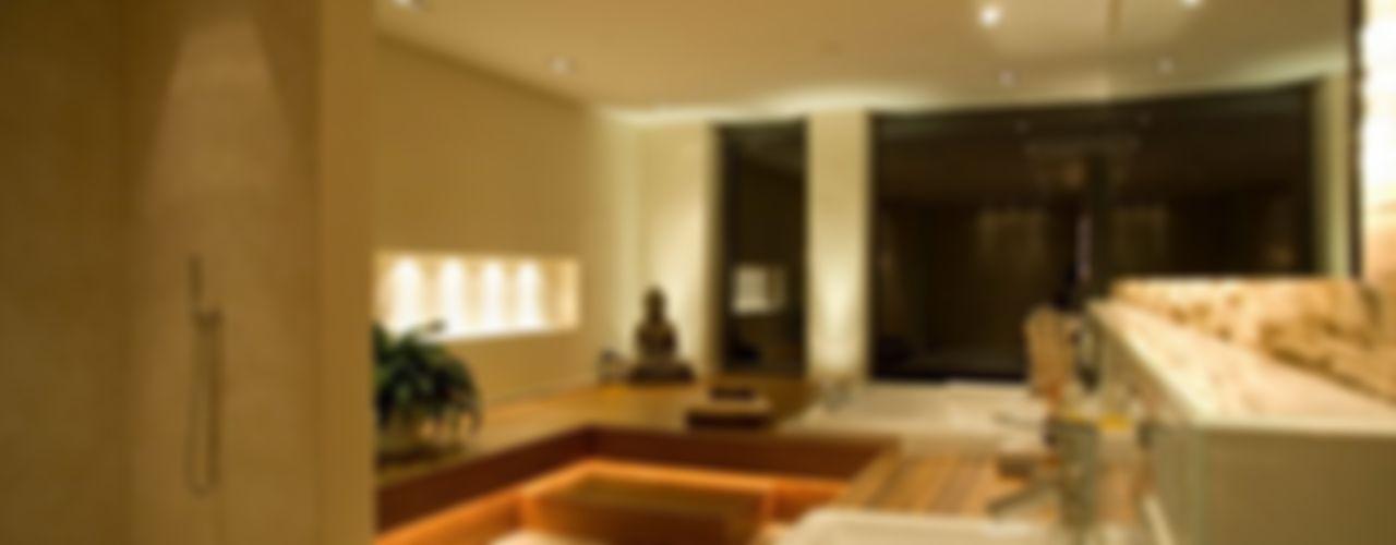 Privat-Villa ... Licht und Architektur ligthing & interior design Moderne Badezimmer