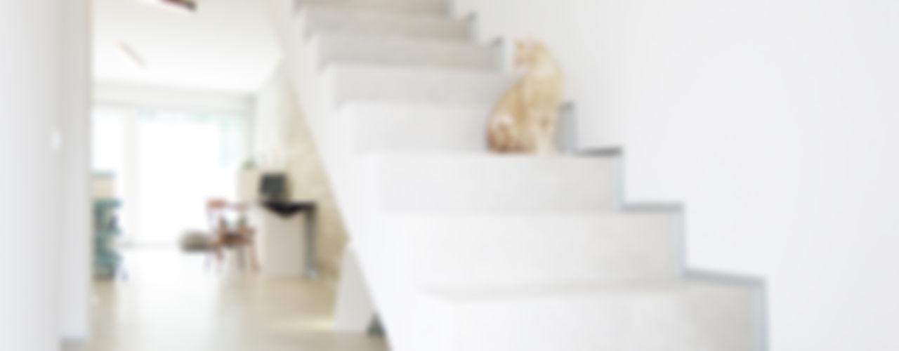 house studio: living workshop francesco valentini architetto Pasillos, vestíbulos y escaleras de estilo moderno
