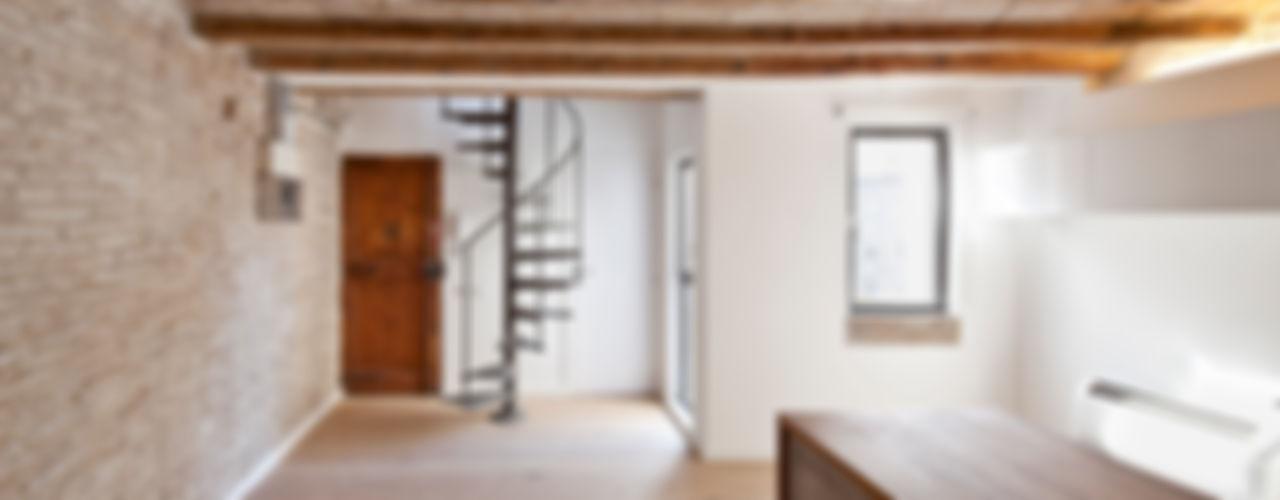 FLAT FOR A PHOTOGRAPHER Alex Gasca, architects. Pasillos, vestíbulos y escaleras de estilo mediterráneo