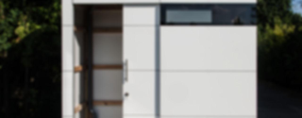 Gartenhaus @gart - Dormagen design@garten - Alfred Hart - Design Gartenhaus und Balkonschraenke aus Augsburg Moderne Garagen & Schuppen Holz-Kunststoff-Verbund Weiß