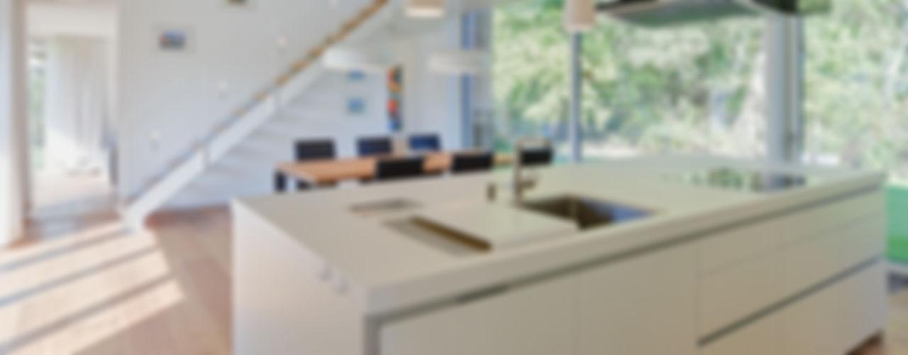 Waldhaus mit Durchblick Möhring Architekten Moderne Küchen