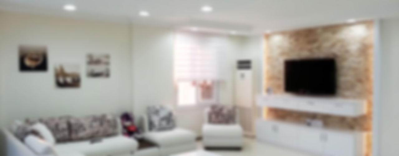 Emre Urasoğlu İç Mimarlık Tasarım Ltd.Şti. Soggiorno minimalista