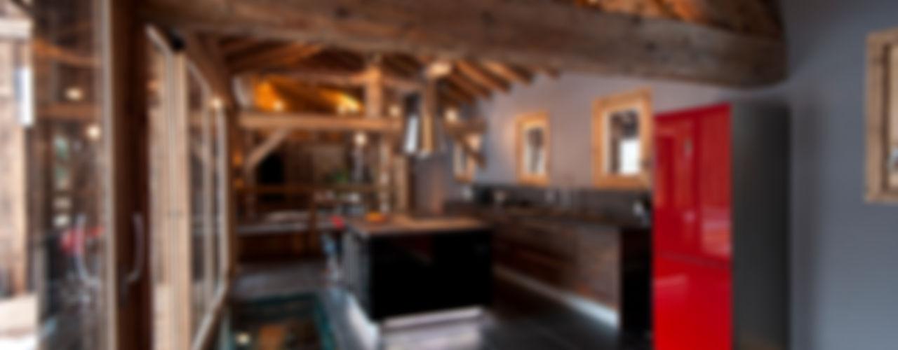 Chalet de Claude: un chalet de luxe, mais distinctif avec un intérieur en rouge et noir shep&kyles design Cuisine rurale