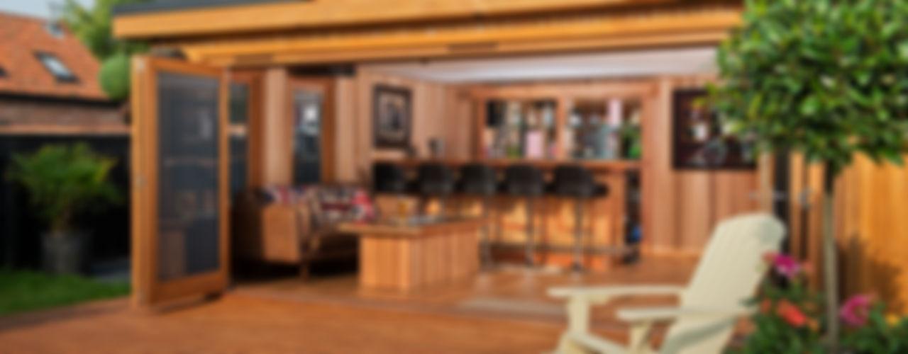 Bespoke garden cinema room with a bar Crown Pavilions 車庫/遮陽棚