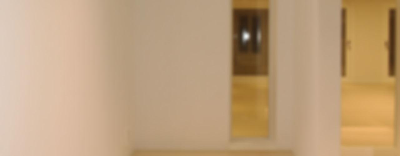 넓은 공간 속 최적화 된 디자인. 홍예디자인 모던스타일 복도, 현관 & 계단