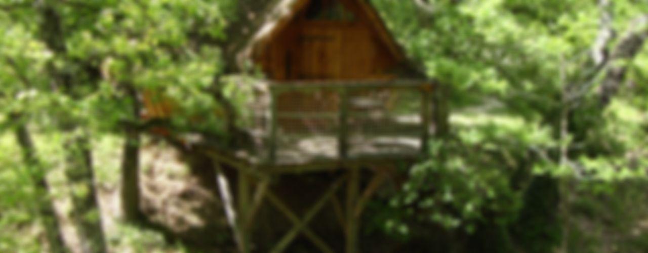 la cabane dans les arbres Les maisons de chante oiseau Balcon, Veranda & Terrasse ruraux
