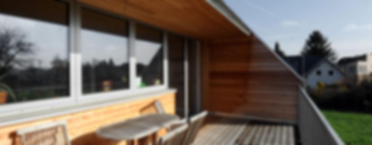 Niedrigstenergie - Einfamilienhaus in Brettstapelbauweise in Bad Vöslau (A) Symbios Architektur Moderne Häuser Holz Braun