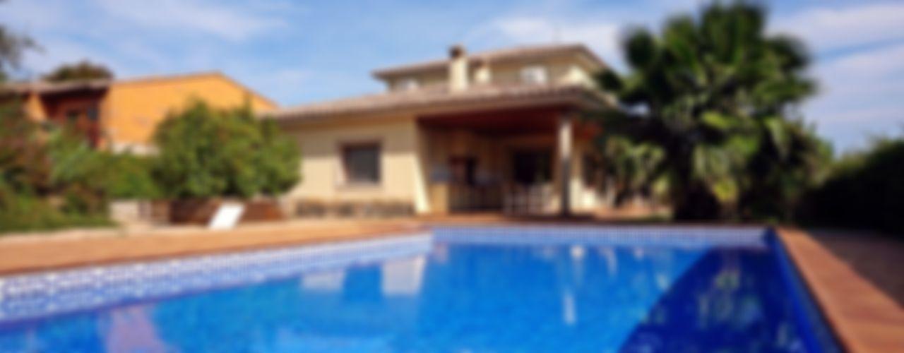 Chalet estilo clásico en la Costa Brava Construccions Cristinenques, S.L. Casas de estilo clásico Ladrillos Beige