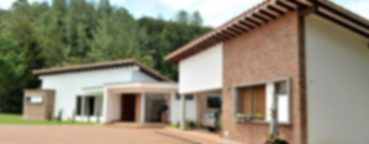 WVARQUITECTOS Casas de estilo clásico