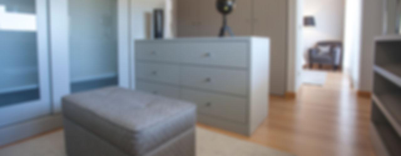 ÀS DUAS POR TRÊS, Arquitetura de Interiores e Decoração BedroomWardrobes & closets