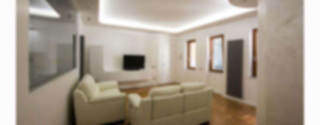 La Casa_Complessa antoniodimaro + Partners Soggiorno moderno Bianco