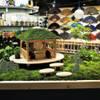 苔と小屋とイラストを配した枡庭: SUNIHA UNIHA(サニハユニハ)が手掛けた商業空間です。