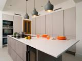 Cocinas de estilo moderno por Urban Myth