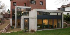 Anbau von der Gartenseite : minimalistische Häuser von in_design architektur