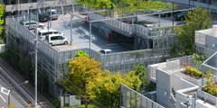 緑の風景をつくる立体駐車場: ユミラ建築設計室が手掛けた壁&フローリングです。