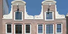 """De """"zusjes"""" aan de Kerkstraat te Amsterdam: Rijksmonumenten in het Unesco-gebied.: klasieke Huizen door Architectenbureau Vroom"""
