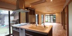 集まって住む木を感じる家: スタジオ4設計が手掛けたキッチンです。