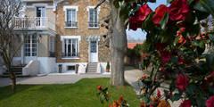 Maison individuelle Versailles: Jardin de style de style Classique par Hélène de Tassigny
