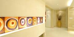 A Apartment: Yunhee Choeが手掛けた玄関・廊下・階段です。