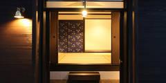 シンメトリーな格調高い玄関: 安井正/クラフトサイエンスが手掛けた窓/ドアです。
