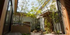 中庭: Garden design office萬葉が手掛けた庭です。