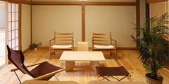 欄間で空間の雰囲気を変える: 遠藤浩建築設計事務所 H,ENDOH  ARCHTECT  &  ASSOCIATESが手掛けたリビングです。