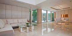 1階リビングダイニング: 依田英和建築設計舎が手掛けたリビングです。