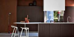 ELMAR : EL_01: Cocinas de estilo moderno de Versat