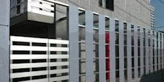 半透明の板塀で囲む住居: ユミラ建築設計室が手掛けた家です。