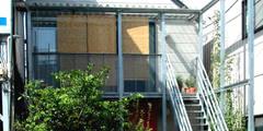 細長敷地の二世帯住宅: ユミラ建築設計室が手掛けた家です。