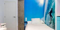 Iluminación dormitorio con líneas de luz: Dormitorios de estilo ecléctico de Taralux Iluminación, S.L.
