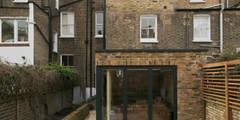 Hammersmith House: modern Garden by Blankstone