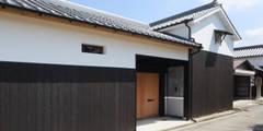 長屋門: 芦田成人建築設計事務所が手掛けたです。