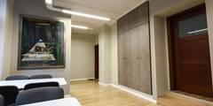 WIdok na wejście: styl , w kategorii Przestrzenie biurowe i magazynowe zaprojektowany przez OnlyHome