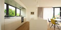 Weiße Küche mit Arbeitsplatte aus Edelstahl:   von Beer GmbH