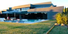 Fachada: Casas de estilo moderno de Bernadó Luxury Houses