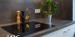 """Einbauherd in Arbeitsplatte """"Stahl geglüht"""": moderne Küche von ARTfischer Die Möbelmanufaktur."""