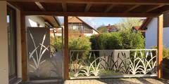 """Edelstahlgeländer und Gartentür """"Cat Tails"""": moderner Garten von Edelstahl Atelier Crouse - Stainless Steel Atelier"""