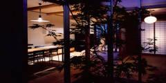 中庭よりLDKと和室を見る: 株式会社seki.designが手掛けた庭です。