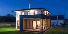Überdachte Terrasse bei Nacht: moderne Häuser von KitzlingerHaus GmbH & Co. KG