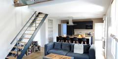 Rénovation d'une petite longère: Salon de style de style Industriel par MadaM Architecture