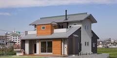 バルコニーに小さなコテージのある家  たんぼの中の一軒家 2世帯住宅: (株)独楽蔵 KOMAGURAが手掛けた家です。