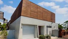 木製目隠し格子とコンクリート打放しの外観: モリモトアトリエ / morimoto atelierが手掛けた家です。,