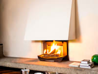 l'insert-ouvert dans une cheminée classique ouverte sur trois côtés:  de style  par Finoptim