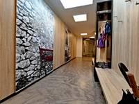 Ansprechende Bodenoberfläche im Gang: moderne Wand & Boden von IBOD Wand & Boden